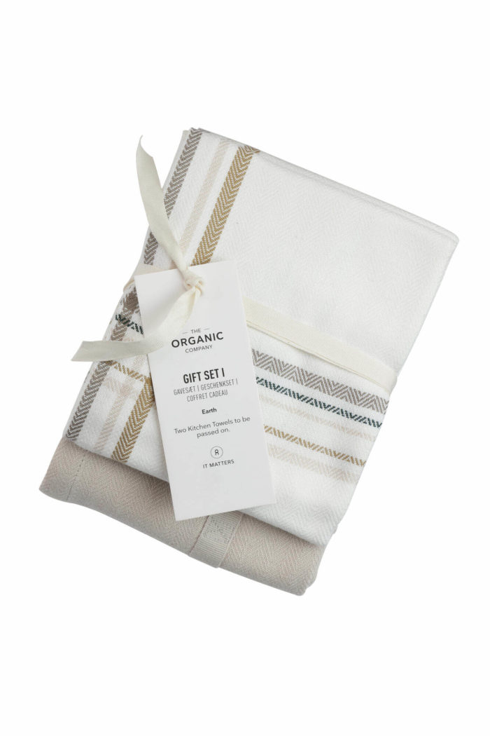 A long lasting kitchen towel gift set with two large kitchen towels in a complementary colour palette. Presentable, thoughtful and sustainable. Each towel measures 53 x 86 cm. Seen here in Earth check colour mix.