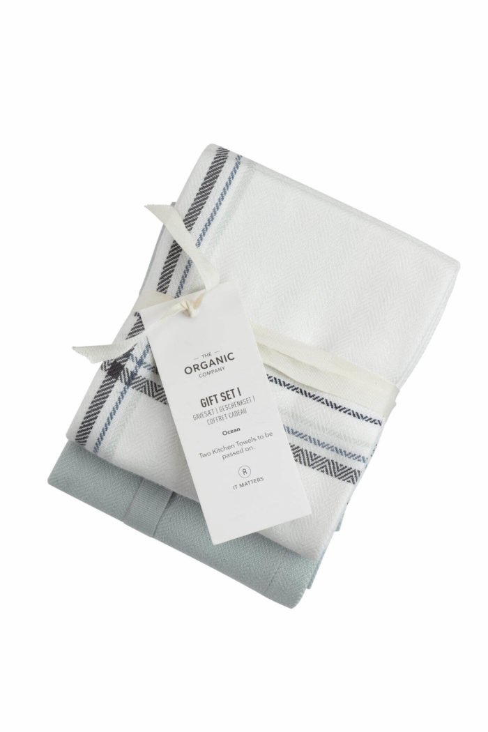 A long lasting kitchen towel gift set with two large kitchen towels in a complementary colour palette. Presentable, thoughtful and sustainable. Each towel measures 53 x 86 cm. Seen here in Ocean check colour mix.