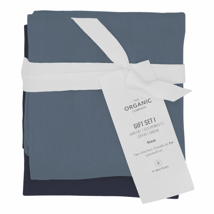 A long lasting kitchen towel gift set with two large kitchen towels in a complementary colour palette. Presentable, thoughtful and sustainable. Each towel measures 53 x 86 cm. Seen here in Ocean colour mix.
