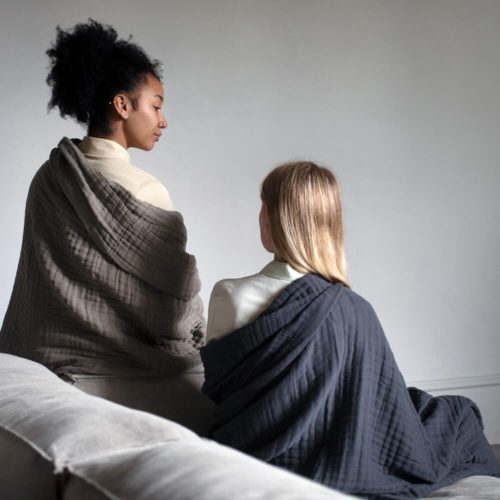 6 layer soft blanket in organic cotton, available in dark grey or clay