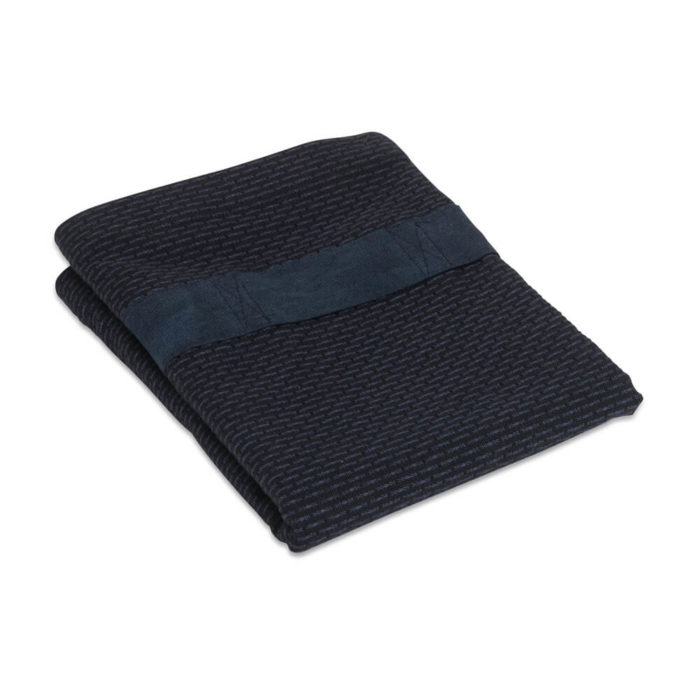 Organic cotton hand and hair towel with a strap for hair wrap functionality, if you'd like to use it a hair turban towel. As well as an ethically made hair towel, it's also a conveniently sized guest towel. Seen here in dark blue. The hand and hair towel wrap is part of the Organic Company wellness series. Material: 100% GOTS certified organic cotton Weave: Piqué Size: 120 X 40 cm