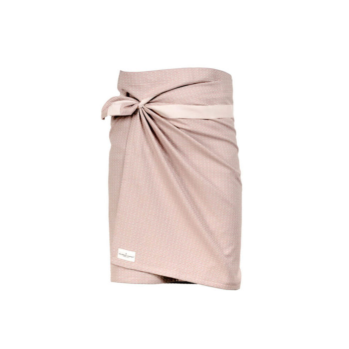 Wrap around towel, compact and quick drying as bath towels or beach towels. It's extra long to comfortably wrap around you, using the integrated strap. Available in several minimalist colours (this is rose). 155 x 60 cm Made from 100% GOTS certified organic cotton Weaving: Piqué, grosgrain ribbon.