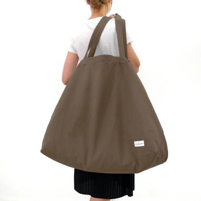Carry your life around in style with this large overnight bag in organic cotton. This huge bag is practical and unique, perfect as a day bag, or used for going to yoga, the gym. The large size also makes it suitable as a lightweight weekend bag. Available in clay (seen here in clay), black, dark blue and stone. Size: 90 X 45 X 35 cm