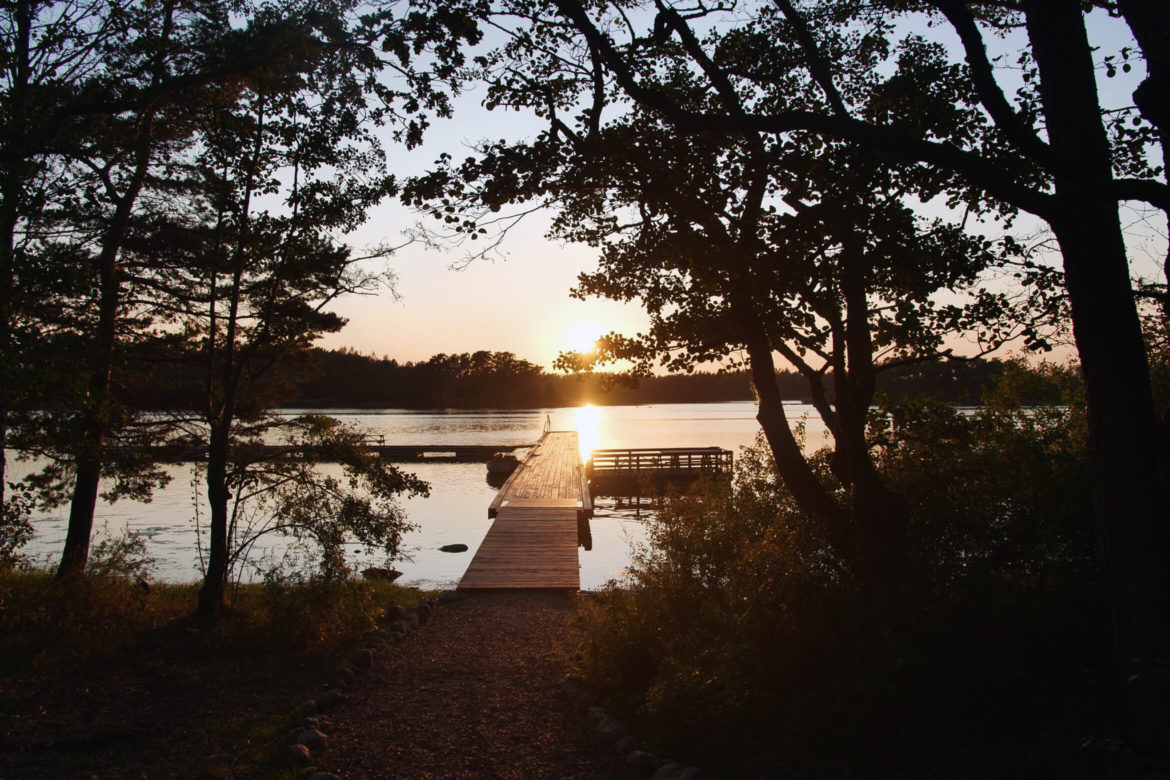 Looking for things to do in Sweden? Småland's forests, archipelago and sandy beaches with pine trees offer wild camping, kayaking, hiking and biking. This is an island in the archipelago, where you're free to use the wind shelters and outdoor cooking area for a night.