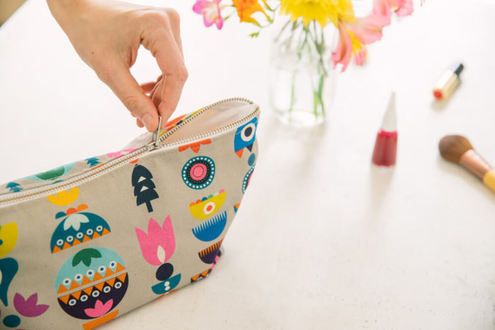 The Solstice wash bag / makeup bag has a handy zip to close. The large size fits all your toiletries and/or makeup at home or on holiday. 31x15x11
