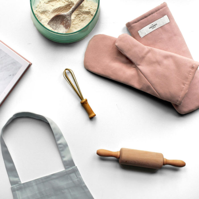 Organic cotton oven mitts (set of two mitts). Perfect for all ages and sizes. 3 sizes: small/medium/large. 3 muted Scandinavian colours: pale rose, dark grey or black (pale rose seen here). Perfect for stylish kitchens and hot pans! By The Organic Company. Small: 13 x 27 cm Medium: 14 x 31 cm Large: 16 x 35 cm Photo by Sophie Glerup