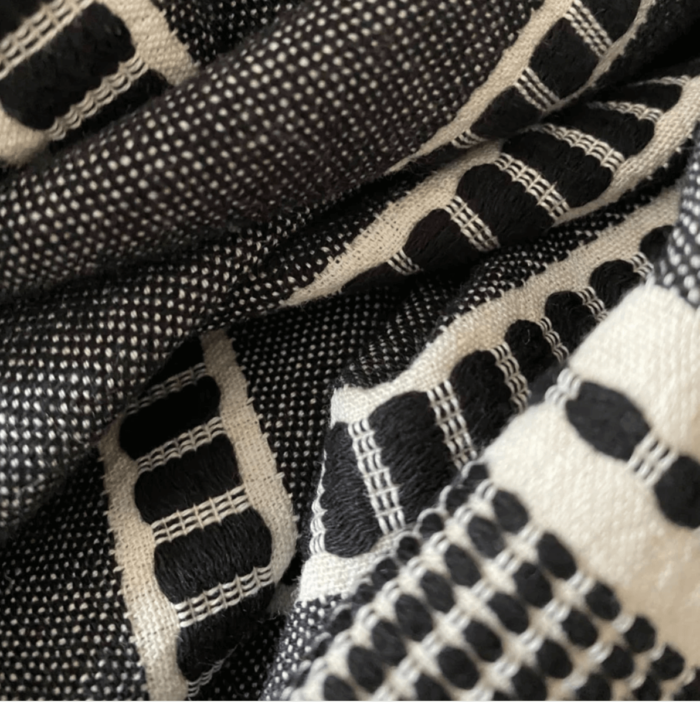 Sefa is a super soft deluxe and versatile peshtemal that has been traditionally loomed by master weavers from GOTS certified organic cotton. Size: 90 x 170 cm. Seen here in Noir close up.
