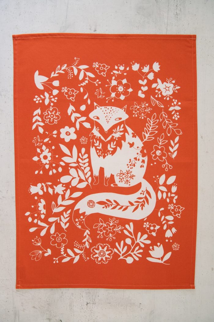 Animal print funky tea towel with a Fox design in red. Washable cotton. Also available in other colours. Bring some life to your kitchen with these animal print tea towels!