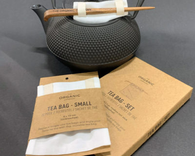 Reusable tea bags to replace single-use tea bags, made in organic unbleached cotton for a cleaner cup of tea. Small size for a single cup of tea, medium size for a tea pot, or a boxed gift set with both, including a bamboo stick to hold the bag in place while brewing. Empty, wash (or rinse) and re-use again and again. Size: Small – 8 x 10 cm Medium – 9 x 14 cm Designed by The Organic Company in Denmark, made from 100% GOTS certified organic cotton. The entire product is plastic free. This picture shows the tea bag in it's recycled cardboard packaging. Photo by Tina Sorensen.