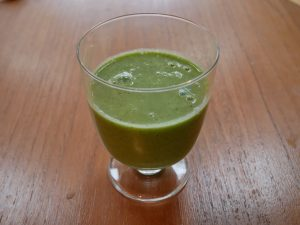 Sleep smoothie with nourishing and antioxidant properties from kiwi, almonds, kale, lettuce, flax seeds and live yoghurt.