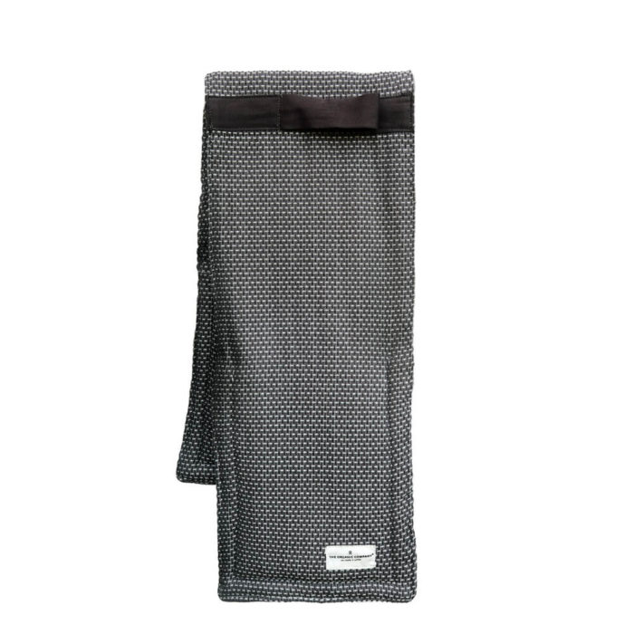 Dark grey large oven gloves in ethically produced, organic cotton. Complete your Scandinavian styled kitchen with this stylish kitchen accessory from Chalk & Moss (chalkandmoss.com).