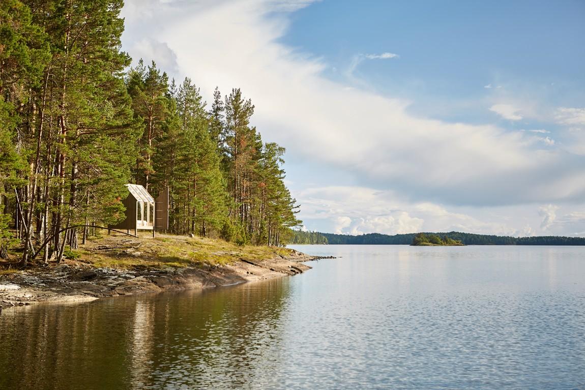 72 hour glass cabin in Sweden. Image by Jonas Ingman. See Chalk & Moss for full info or to book, go to: https://www.vastsverige.com/en/the72hourcabin/