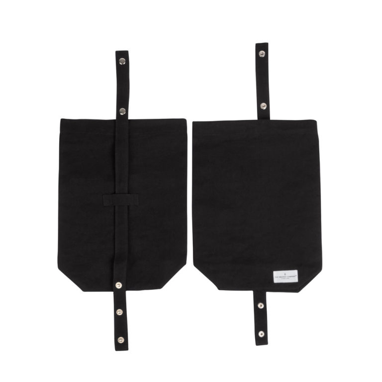 Eco lunch bag in pure cotton canvas by Organic Company on Chalk & Moss. Available in black, natural white and dark blue. Shown here in black. Adjustable straps for easy closing. Washable and breathable 100% organic cotton canvas. Non plastic alternative to the classic lunch box.