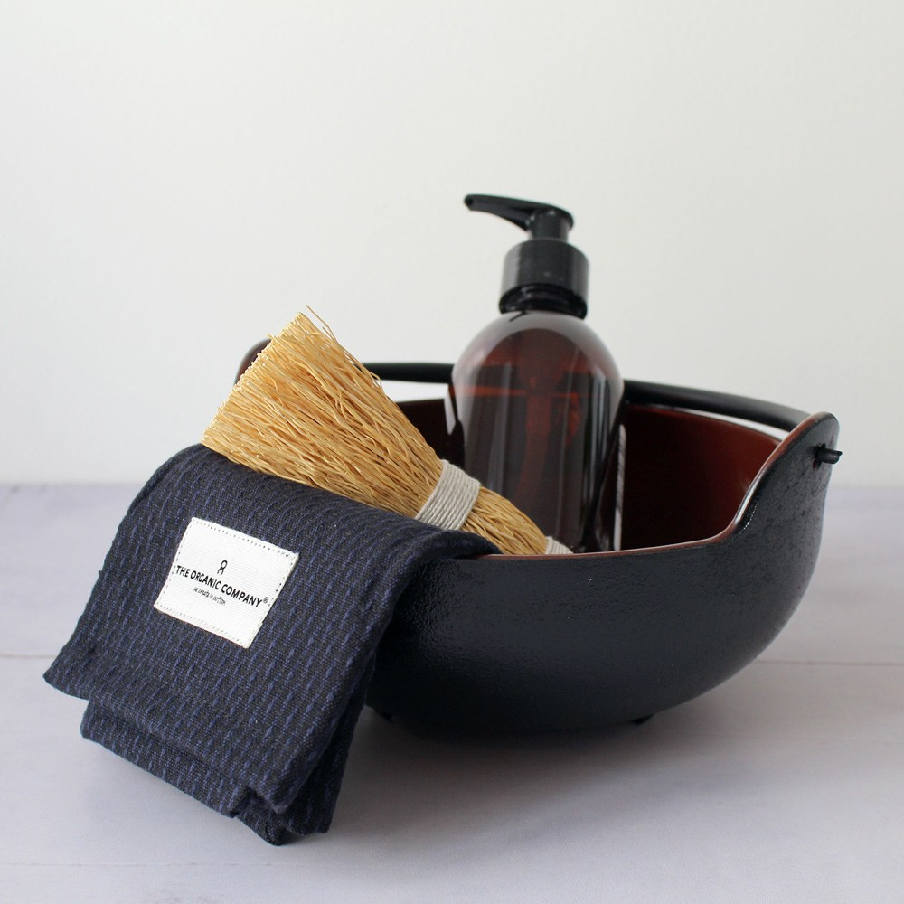 Dark blue/black kitchen & wash cloth in organic piquee cotton. This versatile cloth is equally at home in the kitchen and as when used as a face cloth in the bathroom. Available in several colours.  An entirely plastic free product.