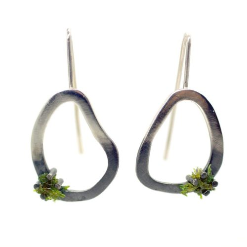 Green drop earrings in 925 silver, with detail of real moss. An ideal present for outdoor enthusiasts. Come in 3 sizes (15-28mm long). Shown here is medium. Also available in stud style.