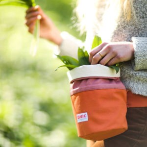 Foraging bag with belt loop and sash. Perfect for collecting wild garlic, elderflower, mushrooms, blackberries and more. 3 colours to choose from. H 24cm W 22cm (flat) D12cm Width at bottom 14cm