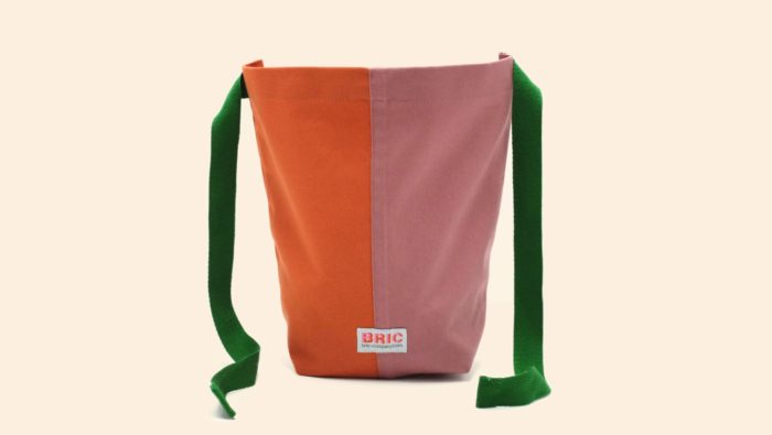 Bric Classic environmentally friendly cotton lunch bag with BPA free removable waterproof lining, perfect for cold food and hot leftovers. Rolls down to form a picnic bowl. Comes in several colours. Dimensions: H 25cm W 30cm Width at bottom 14cm, depth at bottom 9cm Optional spare washable lining. Seen here in orange and pink, open.