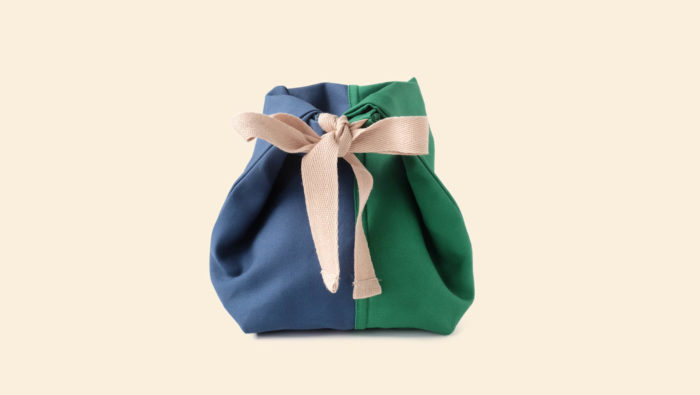 Bric Classic environmentally friendly cotton lunch bag with BPA free removable waterproof lining, perfect for cold food and hot leftovers. Rolls down to form a picnic bowl. Comes in several colours. Dimensions: H 25cm W 30cm Width at bottom 14cm, depth at bottom 9cm Optional spare washable lining. Seen here in petrol and green, tied closed.