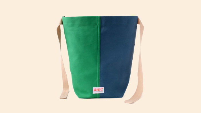 Bric Classic environmentally friendly cotton lunch bag with BPA free removable waterproof lining, perfect for cold food and hot leftovers. Rolls down to form a picnic bowl. Comes in several colours. Dimensions: H 25cm W 30cm Width at bottom 14cm, depth at bottom 9cm Optional spare washable lining. Seen here in petrol and green, open